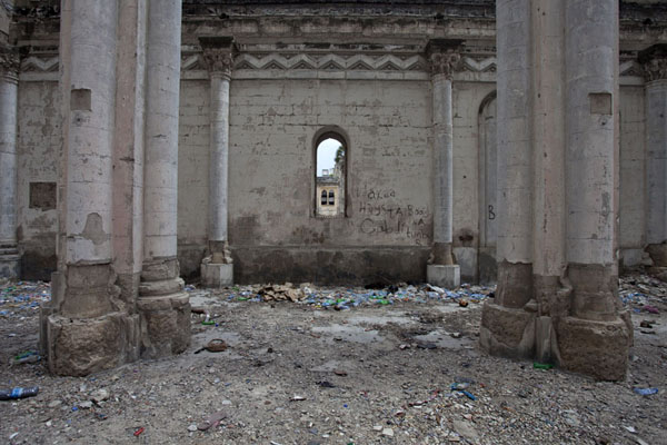 Rubbish on the floor and graffiti on the walls of the ruins of the cathedral | Mogadishu kathedraal | Somalië