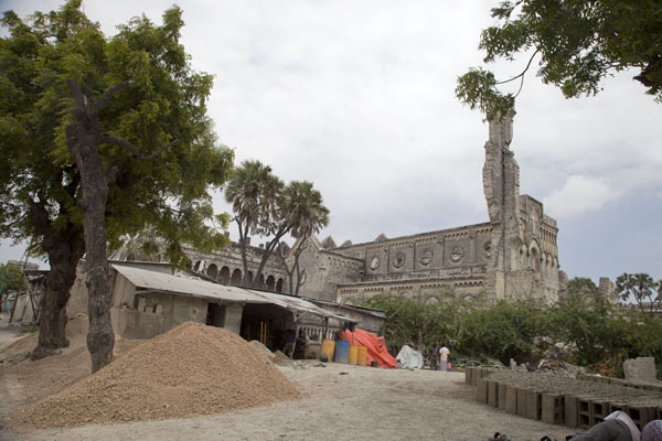 Refugees have set up camp outside the cathedral | Mogadishu kathedraal | Somalië