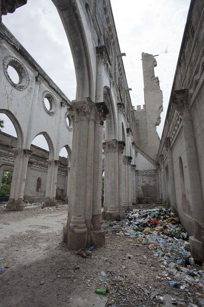 Looking towards the remains of one of the bell towers from one of the aisles | Mogadishu kathedraal | Somalië