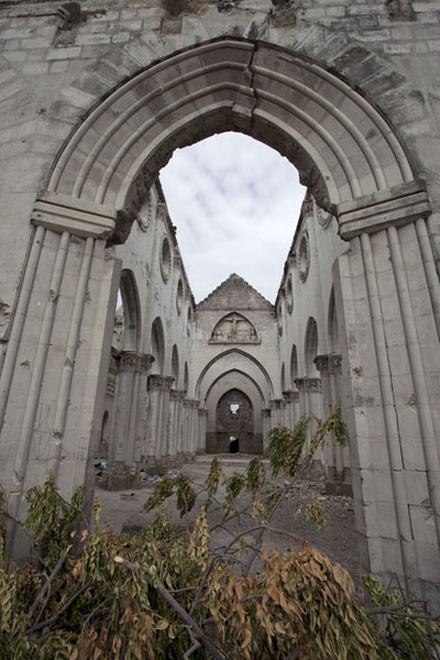 Looking inside the cathedral from the main entrance | Mogadishu kathedraal | Somalië