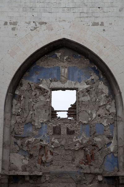 Detail of the remains of a destroyed decoration inside the cathedral | Mogadishu kathedraal | Somalië