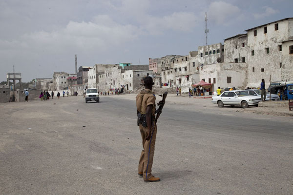 Armed guard at the seafront of the old city of Mogadishu | Mogadishu oude stad | Somalië