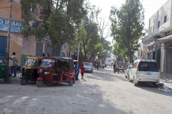 Foto de Tuk-tuks parked on a corner of a street in the old part of MogadishuMogadiscio - Somalia
