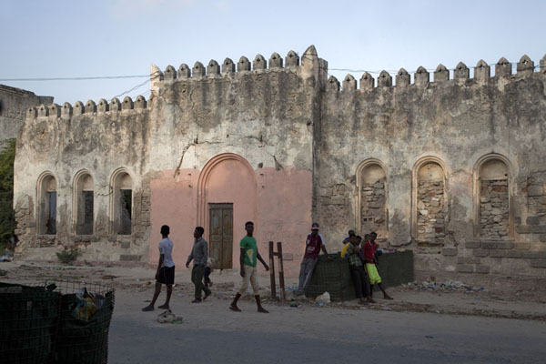 Kids playing football in the old city of Mogadishu - 索马利亚