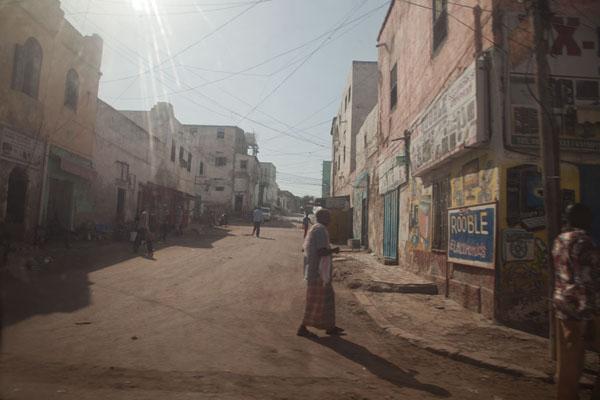 Foto van People in the streets of one of the larger streets of the old city - Somalië - Afrika