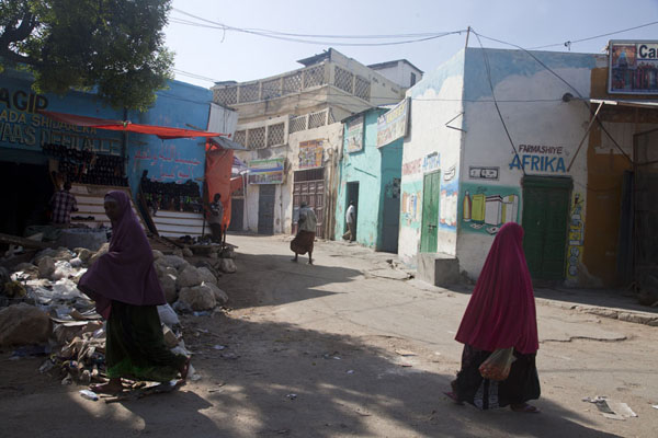 Women in a street in the old city of Mogadishu | Mogadishu oude stad | Somalië