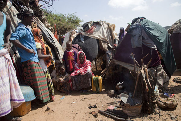 Family at their tents in the refugee camp | Mogadishu vluchtelingenkamp | Somalië