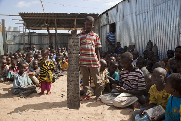Foto van Boy showing a slate on which verses of the Quran are writtenMogadishu - Somalië