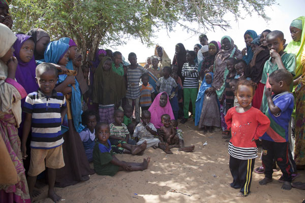 Group of refugees under a tree | Mogadishu vluchtelingenkamp | Somalië