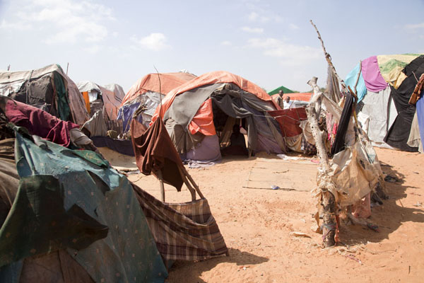 Make-shift tents in which refugees live | Mogadishu vluchtelingenkamp | Somalië