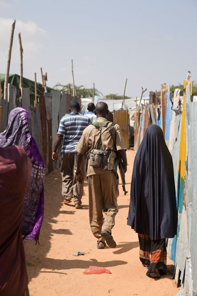 Walking through the camp with guards | Mogadishu vluchtelingenkamp | Somalië