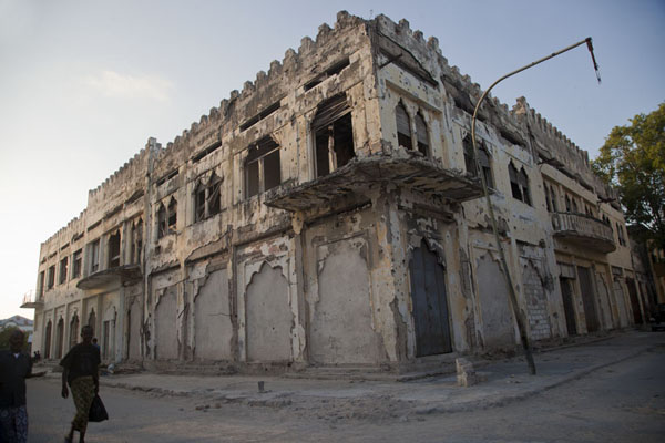 Foto van The beauty of the building is still visible - and so is the destructionMogadishu - Somalië
