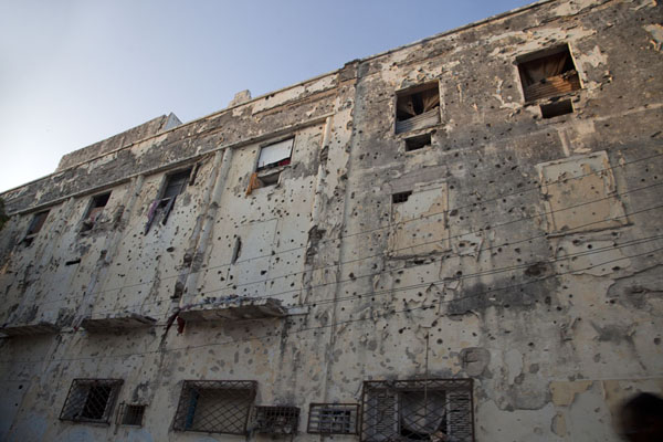 Bullet holes everywhere in this building in Mogadishu | Mogadishu ruines | Somalië