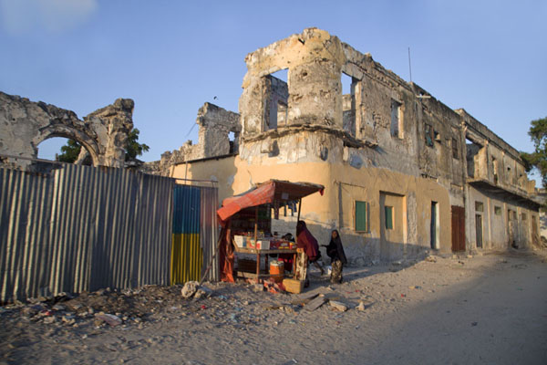 Foto de Somalia (Ruined buildings in Mogadishu with small street stall)