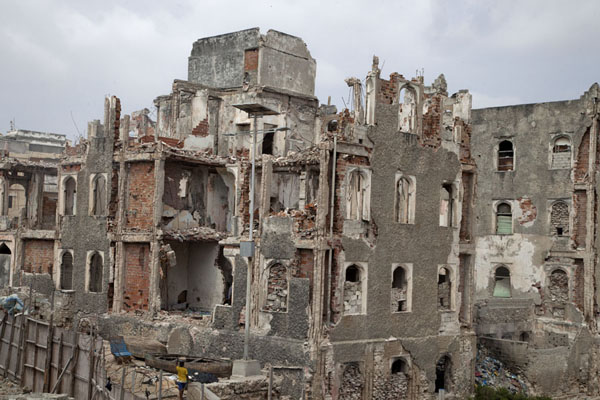 Badly destroyed building seen from the old lighthouse | Mogadishu ruines | Somalië