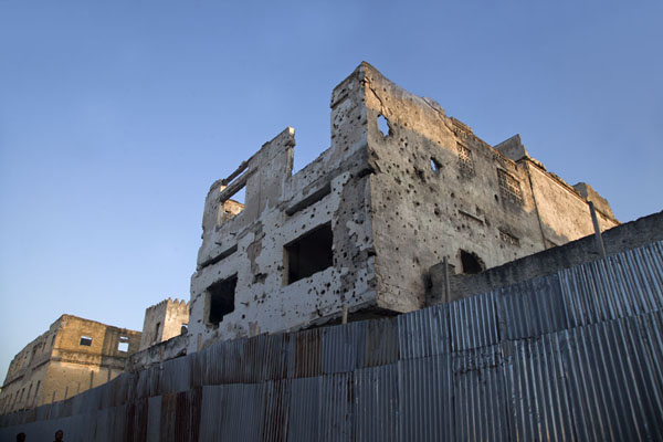 More buildings full of bullet holes, and without roofs | Mogadishu ruines | Somalië