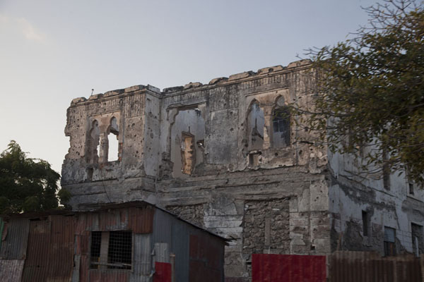 Despite its ruined state, you can still imagine this building must have been beautiful once upon a time | Mogadishu ruines | Somalië