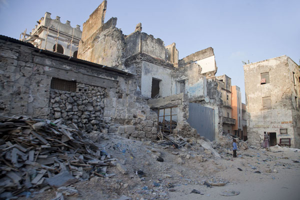 Rubble and walls are all that remains of this building | Mogadishu ruines | Somalië