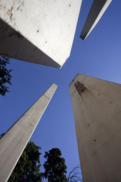 Foto de Looking up four of the 7 pillars symbolizing the foundation of the South African ConstitutionJohannesburg - Africa del Sur
