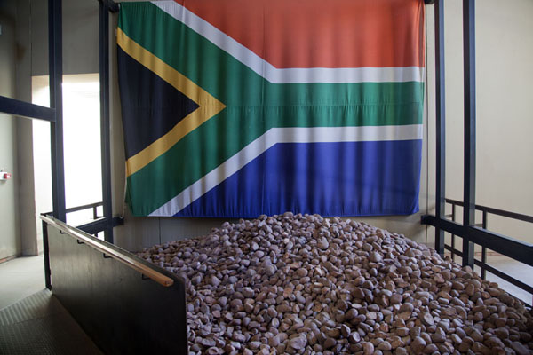 Foto de The new South African flag with stones depicting all those who fought for the end of apartheidJohannesburg - Africa del Sur