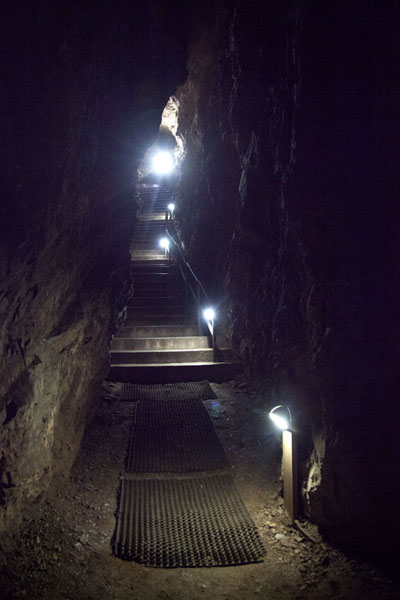 Foto de Stairs leading down into the cave complexSterkfontein - Africa del Sur