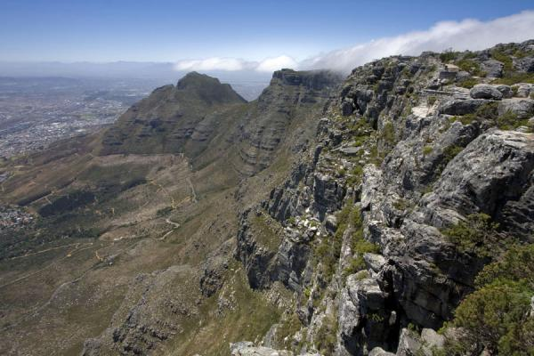 At the top: cloud creeping over the edge of Table Mountain | Tafelberg | Zuid Afrika