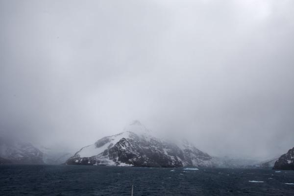 Snowy mountains and windy seas at the entrance of Drygalski Fjord | Drygalski Fjord | Islas Georgias del Sur y Sandwich del Sur