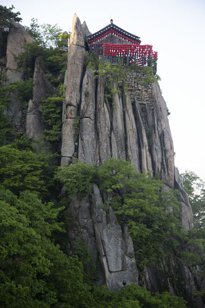 Yeonjudae hermitage is built on a pillar of rocks | Montagna Gwanak | Corea del Sud