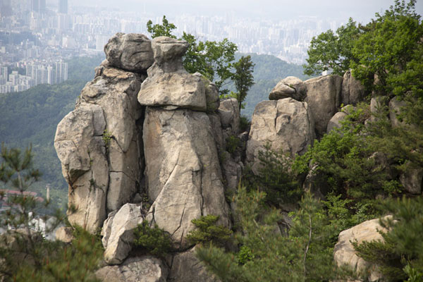 Foto di Rocky pillars on the west side of the mountain area near Hoamsan summit - Corea del Sud - Asia