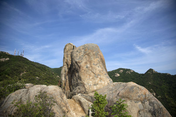 Rocky outcrop with the Samseongsan range in the background汉城 - 南韩