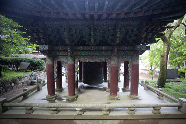 Foto van Building with bell at the Yeonjuam temple complexSeoul - Zuid Korea
