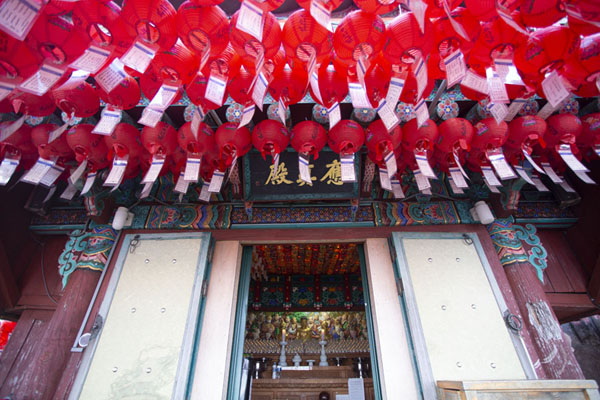 Looking up the small temple of Yeonjudae hermitage | Montagna Gwanak | Corea del Sud