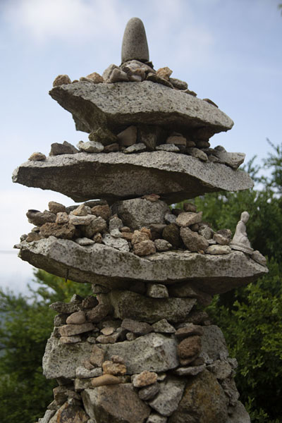Pile of stones forming a pagoda-shaped tower with Buddha statuettes | Montagna Gwanak | Corea del Sud