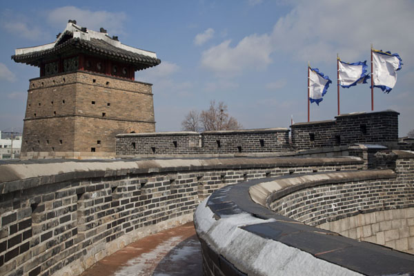 Picture of Hwaseong fortress (South Korea): Seobuk Gongsimdon observation tower is attached to Hwaseomun gate