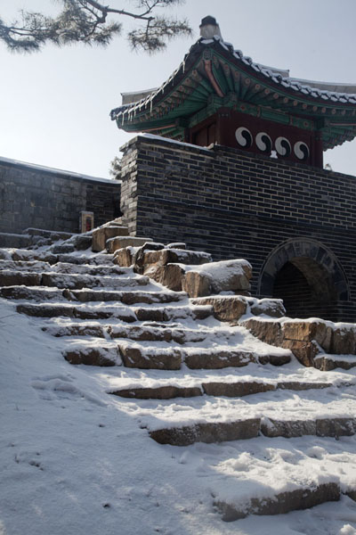 Picture of Hwaseong fortress (South Korea): Seonammun gate with snowy steps