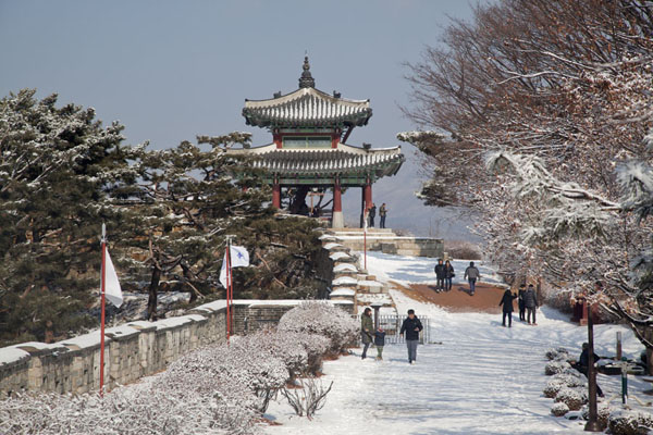 Foto de Snowy landscape near the highest point of Hwaseong fortress at Seojangdae command postSuwon - Corea del Sur
