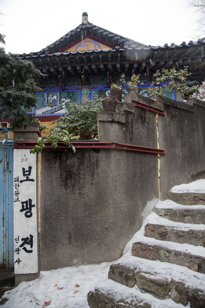 Foto di Stone stairs and temple on InwangsanSeul - Corea del Sud