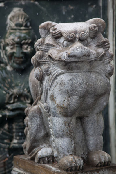 Sculptures at the entrance of one of the many temples on Inwangsan汉城 - 南韩