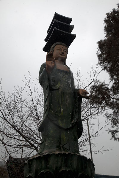 Looking up a Buddha statue on the slopes of Inwangsan汉城 - 南韩