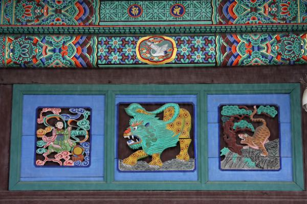 Picture of Jogyesa Temple (South Korea): Decoration outside the Great Hero Hall of Jogyesa