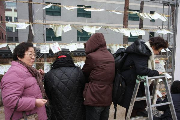 Picture of Jogyesa Temple (South Korea): Leaving a message outside Jogyesa temple