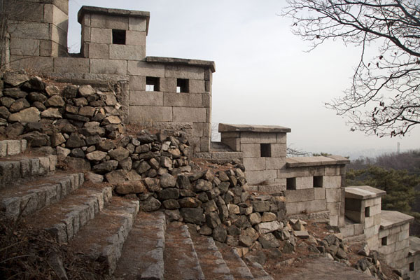Foto de The crenelated city wall east of Sukjeongmun GateSeúl - Corea del Sur