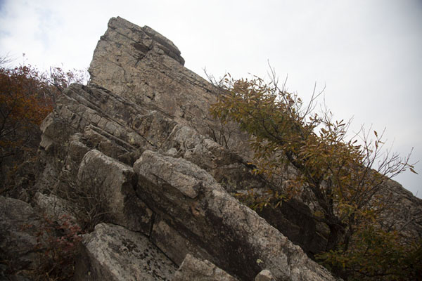Foto de Rocky outcrop on a mountain near Yeonjibong Peak - Corea del Sur - Asia