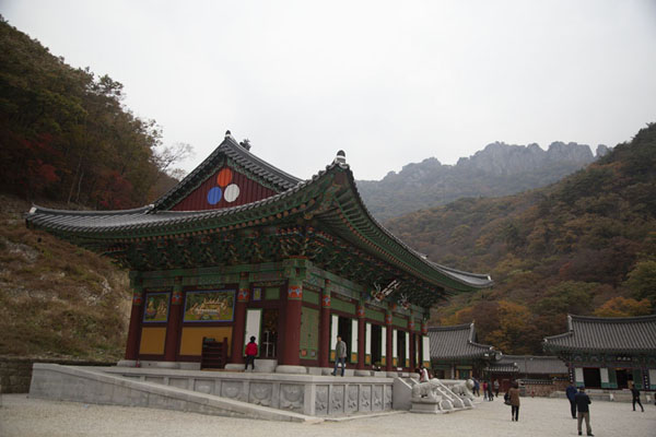 Foto van One of the buildings in the Naejangsa temple complex with Seoraebong mountain in the backgroundNaejangsan - Zuid Korea