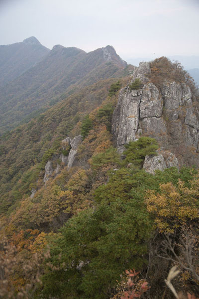 Looking towards the west from Seoraebong summit (624m) | Naejangsan Mountain | 南韩