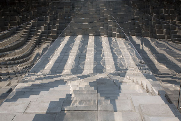 Foto de Lines formed by mirrors, their shadow, and an uneven surface of Yunseul - Corea del Sur - Asia