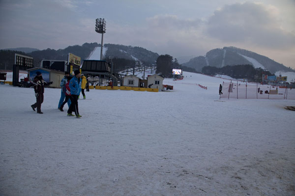 Overview of the slopes from the base station with Dragon Peak in the background | Yongpyong skiing | South Korea
