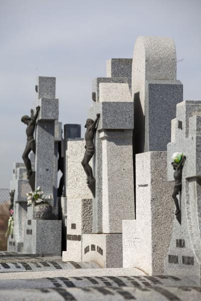 Grey tombstones with the statue of Jesus | Almudena begraafplaats | Spanje