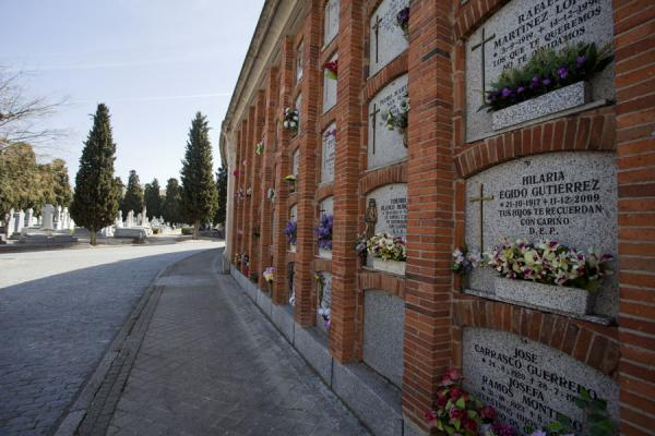 Wall with graves at the cemetery of Almudena | Almudena begraafplaats | Spanje