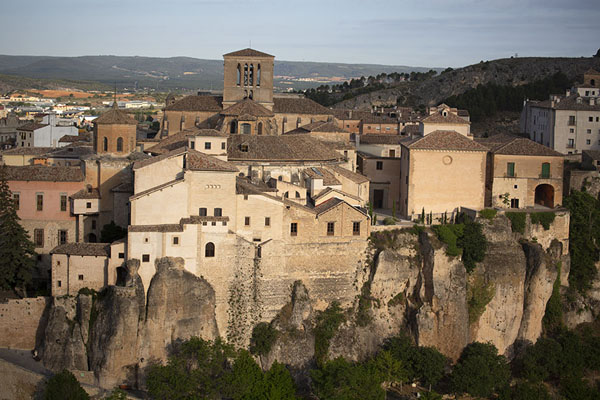 The cathedral and part of the old town rising from the cliffs at the east side of Cuenca | Cuenca oude stad | Spanje